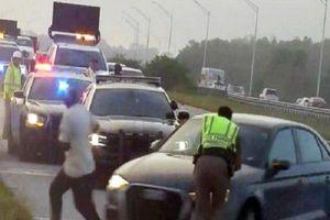 Đang kiểm tra hiện trường tai nạn, cảnh sát bị ô tô đâm văng