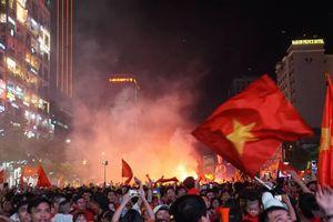 Pháo sáng, cờ hoa rực rỡ Sài Gòn khi triệu người xuống đường ăn mừng Việt Nam vào chung kết AFF Cup 2018