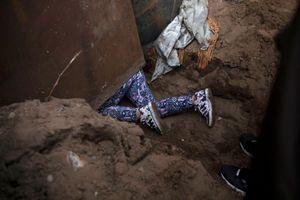 Hình ảnh người nhập cư vượt rào biên giới để vào lãnh thổ Mỹ