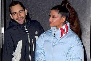 Ariana Grande trò chuyện vui vẻ với trai 'lạ' sau khi hủy hôn
