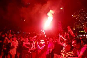 Cổ động viên đổ xuống đường ăn mừng, nhiều người bị mời về đồn vì pháo sáng