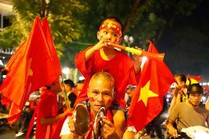 Dòng người đổ ra đường ăn mừng đội tuyển Việt Nam lọt vào chung kết