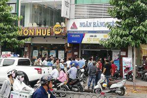 Camera ghi nhận đôi nam nữ mang vật giống súng cướp ngân hàng ở Sài Gòn