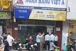 Ngân hàng Việt Á phản hồi về vụ 2 tên dùng súng cướp giữa trưa