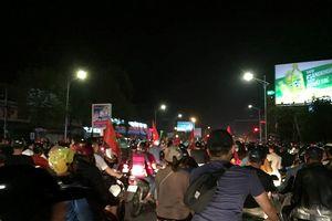 Việt Nam chiến thắng, người dân TP. Vinh đi 'bão' ăn mừng