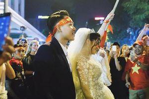 Cặp 9X vui mừng chụp ảnh cưới giữa biển người 'đi bão' ở hồ Gươm