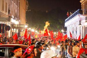 Hàng nghìn CĐV xuống đường ăn mừng chiến thắng của ĐT Việt Nam vào chung kết AFF Cup 2018