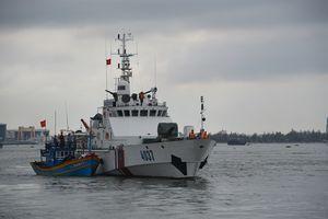 Đưa 8 ngư dân trên tàu cá bị trôi dạt ngoài khơi vào bờ an toàn