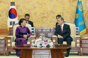 Chủ tịch QH Nguyễn Thị Kim Ngân hội kiến Tổng thống Hàn Quốc Moon Jae-in, hội đàm với Chủ tịch QH Moon Hee Sang