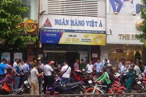 Cướp tại Ngân hàng Việt Á: Nghi can mang vật giống súng, uy hiếp 5 người
