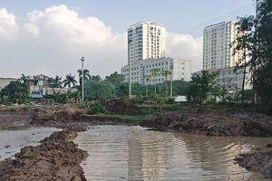 Thi công làm vỡ ống nước, 2 vạn hộ dân Hà Nội thiếu nước sinh hoạt