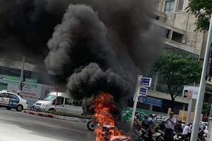 Tin tức ngày 7/12: Xe máy đang chạy bất ngờ bốc cháy gần cầu Rồng