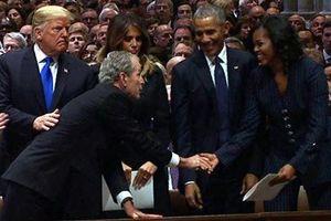 Cử chỉ thân thương của Bush 'con' với bà Obama