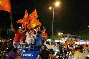 Khoảnh khắc 'biển người' nhảy múa, hò reo mừng Việt Nam chiến thắng