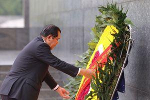 Thủ tướng Campuchia Hun Sen vào Lăng viếng Chủ tịch Hồ Chí Minh