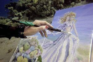 Clip: Nghệ sĩ tài năng vừa lặn vừa vẽ nên những bức tranh tuyệt đẹp