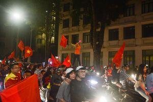 Hà Nội không ngủ mừng chiến thắng của Việt Nam