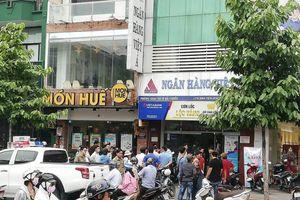 Đôi nam nữ cầm súng xông vào cướp ngân hàng Việt Á