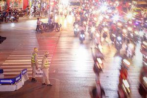 Khắp tuyến đường Thủ đô 'say' bữa tiệc chiến thắng của tuyển Việt Nam