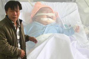 Bé gái gãy tay, nguy kịch ngay sau khi sinh: 'Cháu sợ không đủ tiền đưa con đi chữa bệnh'