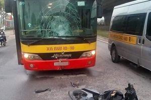 Hà Nội: Chạy ngược chiều, đâm thẳng xe buýt, nam thanh niên tử vong