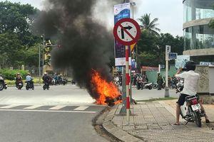 Xe đang chạy bỗng bốc cháy ngay trung tâm Đà Nẵng