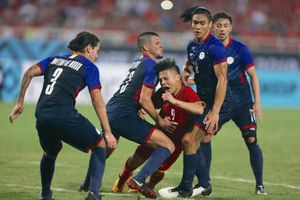 Quang Hải bị hậu vệ Philippines 'triệt hạ' trong suốt trận đấu