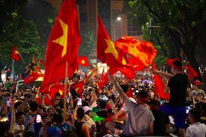 CSGT xử lý nhiều thanh niên quá khích khi 'đi bão' mừng chiến thắng của tuyển Việt Nam