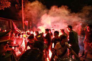 Mang pháo sáng 'đi bão' mừng tuyển Việt Nam chiến thắng, coi chừng bỏng nặng, ngộ độc khí
