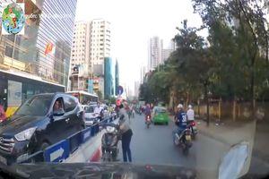 Ôtô quyết tâm đẩy lùi tài xế ra khỏi đường ngược chiều