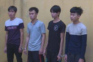 Mang bình xịt hơi cay, dao Thái Lan đi cướp giật