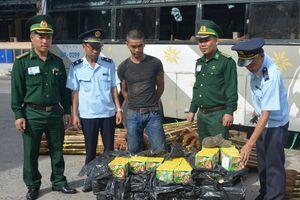 Bắt giữ xe ô tô vận chuyển số lượng lớn pháo hoa từ Lào về Việt Nam