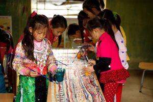 Cùng học sinh vùng cao vẽ lại hoa văn truyền thống