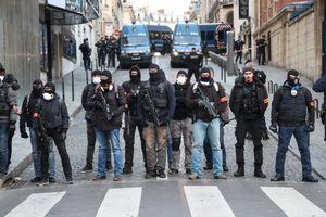 Cận cảnh cảnh sát Pháp vũ trang tận răng trước biểu tình lớn ở Paris