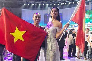 Hoa hậu Tiểu Vy và mẹ giơ cao cờ tổ quốc sau đêm chung kết Miss World