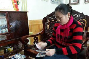 Mẹ Phan Văn Đức quặn lòng nhìn cánh tay sưng bầm của con