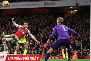 Tuyệt phẩm 'ngả bàn đèn' giúp Arsenal bám đuổi top 4