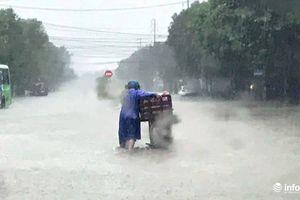 Nghệ An: Mưa lớn kéo dài, TP Vinh chìm trong biển nước