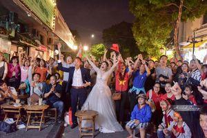 Cặp đôi 'hoãn' chụp ảnh cưới, đi 'bão' mừng chiến thắng của đội tuyển Việt Nam