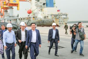 Phó Thủ tướng Vương Đình Huệ thăm và làm việc tại cảng Tân Vũ - Hải Phòng