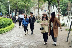 Người dân Hà Nội đắm mình trong đợt lạnh đầu tiên kể từ đầu mùa