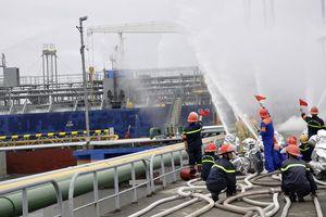 Diễn tập phòng cháy chữa cháy tại Cảng dầu ở Hạ Long