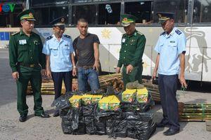Bắt giữ 100 hộp pháo hoa nhập lậu từ Lào về Việt Nam