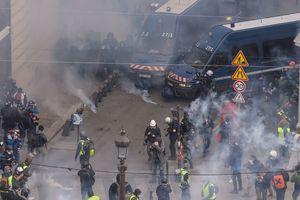 Cảnh sát xịt hơi cay vào đám đông biểu tình ở Pháp, hơn 400 người bị bắt giữ