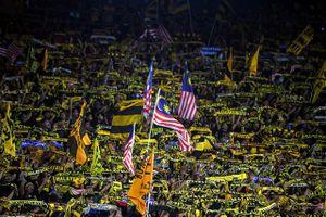 Cổ động viên Malaysia được phát vé vào sân ở trận gặp Việt Nam