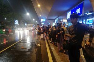 Đường tới sân bay Đà Nẵng ngập nước, hành khách mắc kẹt