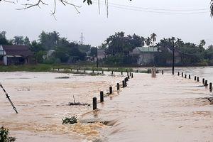 Quảng Ngãi: Sạt lở do mưa lớn kéo dài, nhiều tuyến đường bị chia cắt