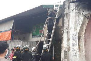 Chữa cháy kho hàng Tết ở chợ Vinh, một cảnh sát bị thương nhập viện