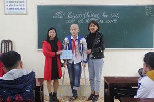 Thanh Hóa: Cậu học trò ung thư xương và ước mơ đến trường bằng chân giả