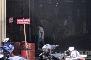 Cơ sở sang chiết xăng dầu bốc cháy ngùn ngụt, 2 người bỏng nặng